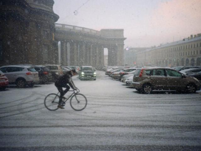 Город контрастов. Фото: Алексей Абакумов. Пленка. Санкт-Петербург, 2013 год