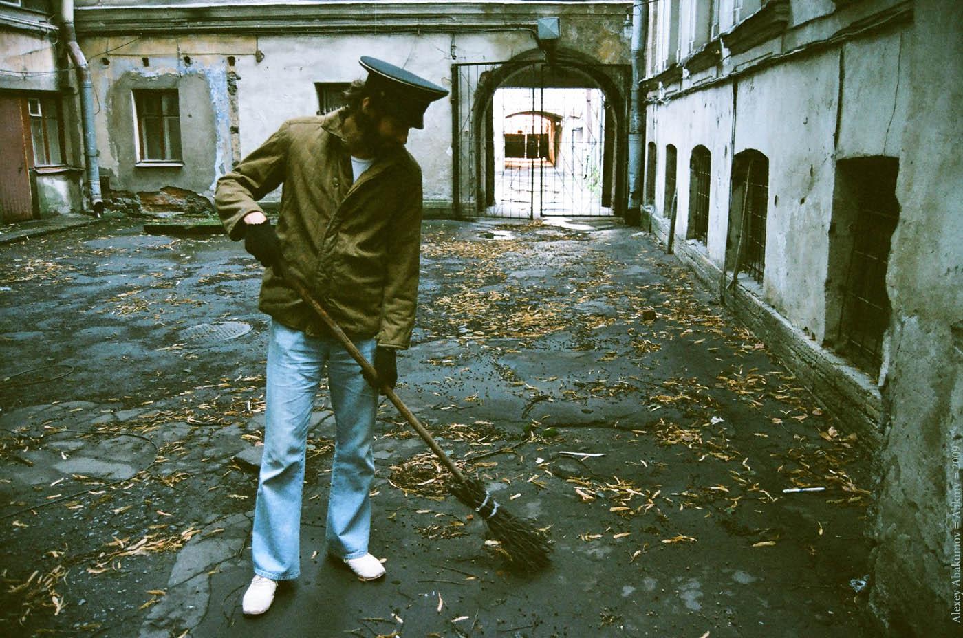 Поколение дворников и сторожей. На снимке Алексей Жуков. Санкт-Петербург, 2009 год