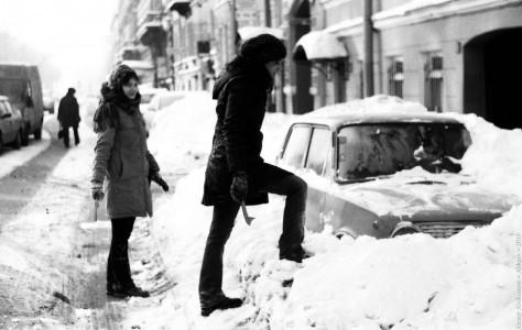 Девушки откапывают свой автомобиль во время снежной зимы эпохи Матвиенко. Большая Конюшенная ул., Санкт-Петербург, 2010 год
