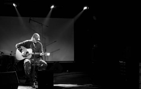 Музыкант Сергей Паращук выступает на вечере памяти Николая Корзинина. Санкт-Петербург, 2012 год