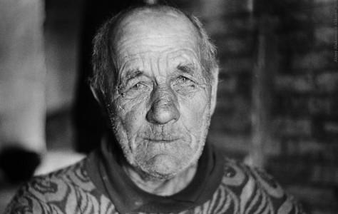 Алексей Ильин - электрик на пенсии, один из немногих постоянных жителей вымирающей деревни. Новгородская обл., 2013 год