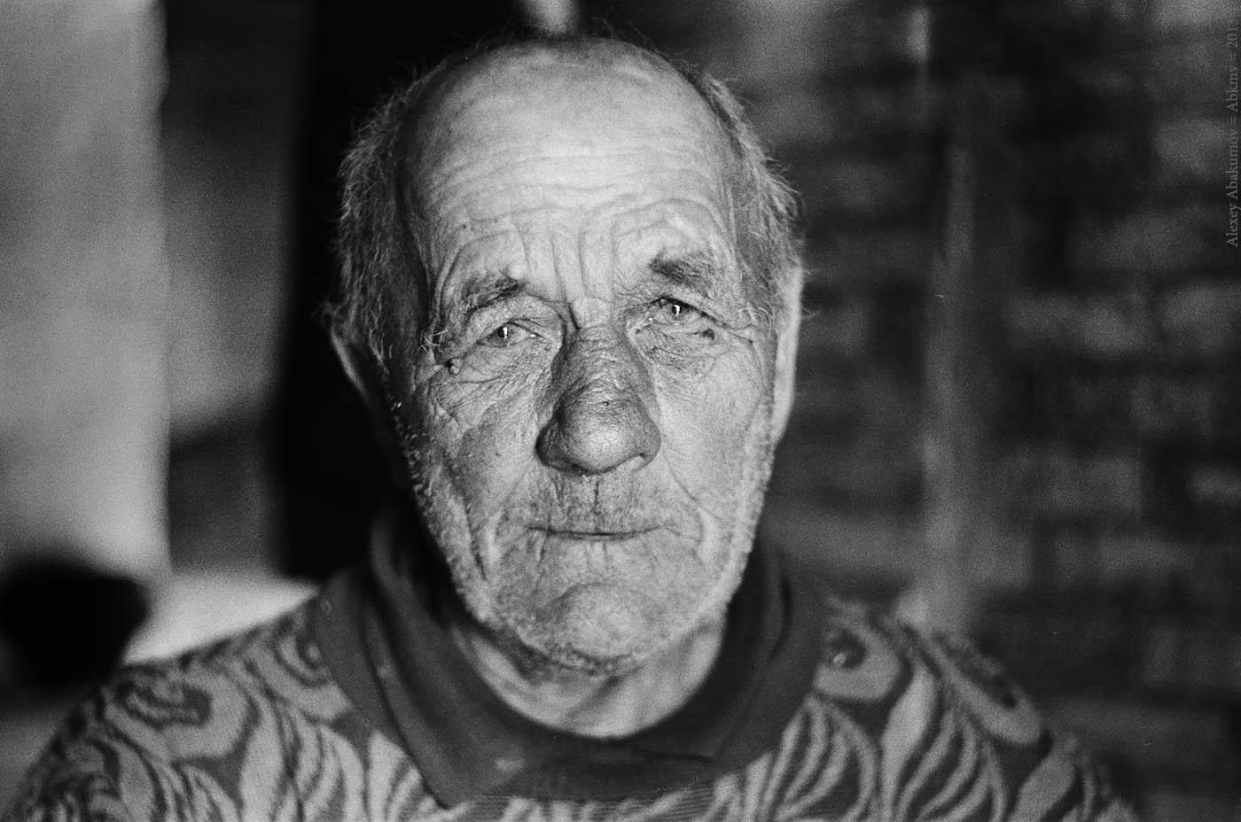 Алексей Ильин - один из немногих постоянных жителей вымирающей деревни. Новгородская обл., 2013 год