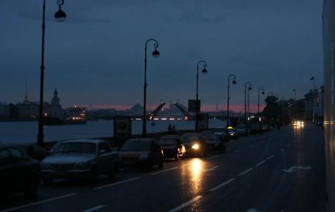 Автомобильная очередь перед открытием мостов. Белые ночи. Английская набережная, Санкт-Петербург, 2012 год