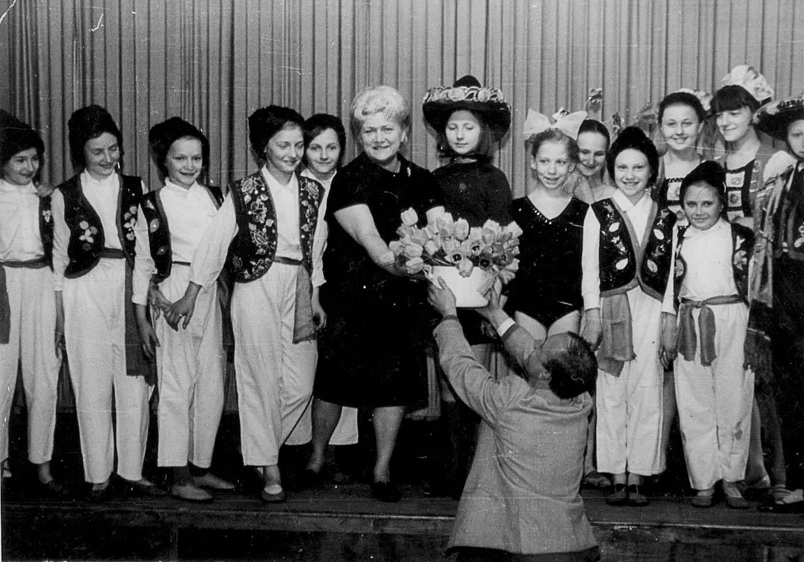 Тамара Кирсанова (в центре), ее дочь Людмила Кирсанова (слева от Т.Н.) и ученики (конец 1960 - начало 1970-х)
