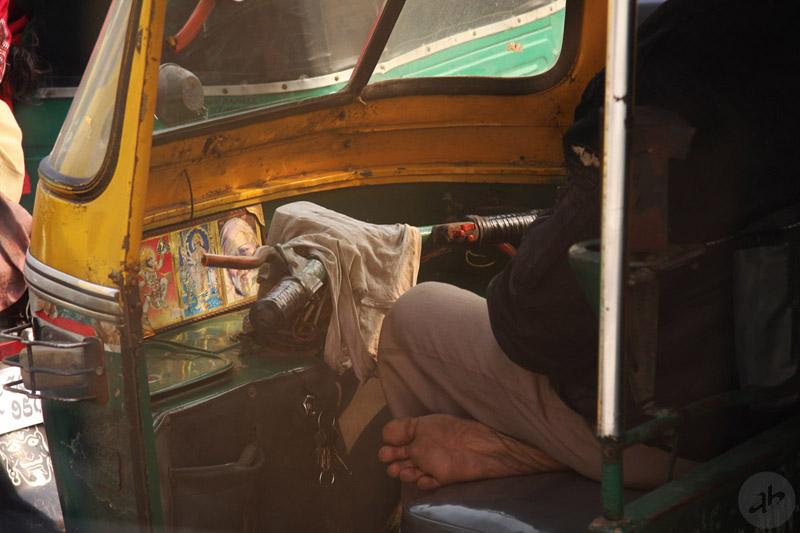 Водитель туктука в пробке (Нью-Дели, Индия, 2014). Фото Алексея Абакумова.